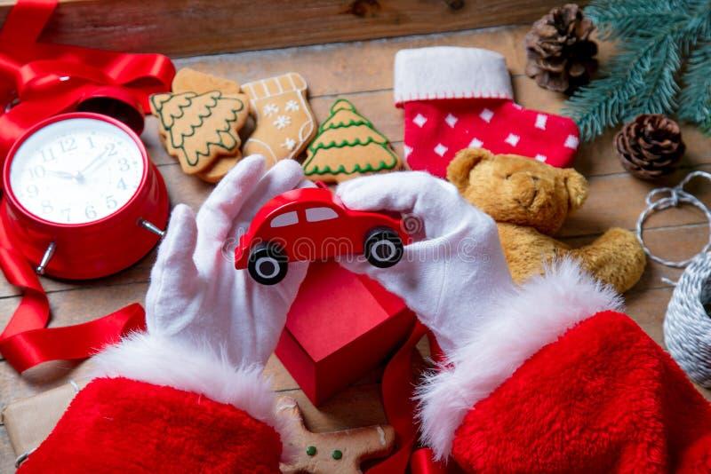 Santa Claus ha spostamento del biscotto di Natale fotografia stock
