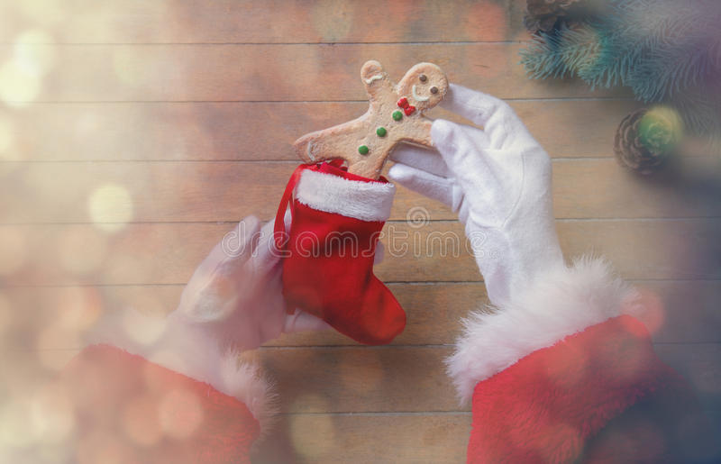 Santa Claus ha spostamento del biscotto di Natale immagine stock