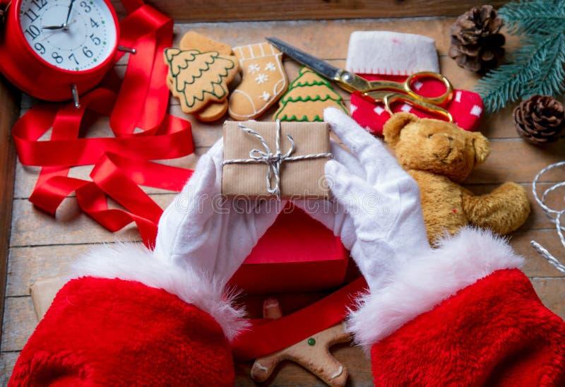 Santa Claus ha spostamento della scatola del regalo di Natale immagine stock