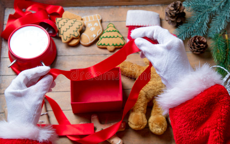 Santa Claus ha spostamento della scatola del regalo di Natale fotografia stock libera da diritti