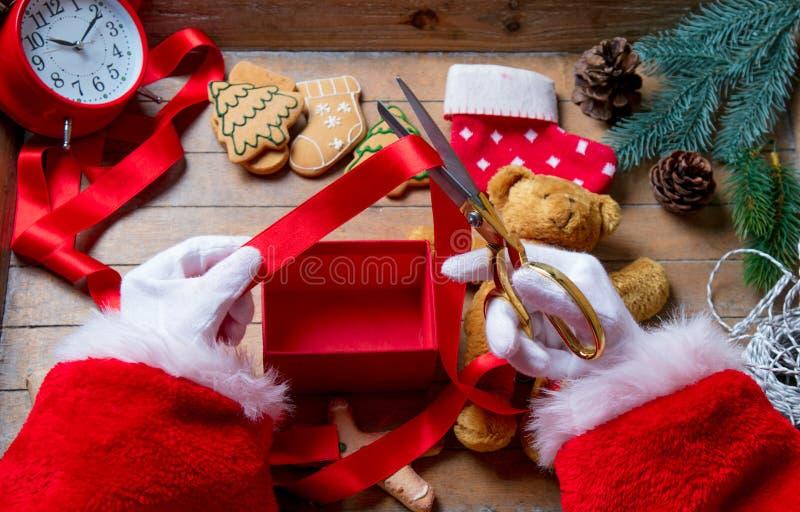 Santa Claus ha spostamento della scatola del regalo di Natale fotografia stock