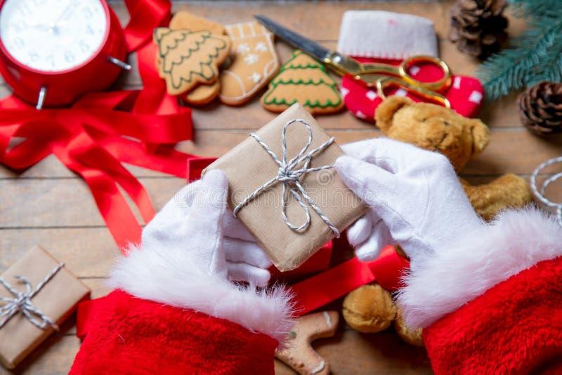 Santa Claus ha spostamento della scatola del regalo di Natale immagini stock