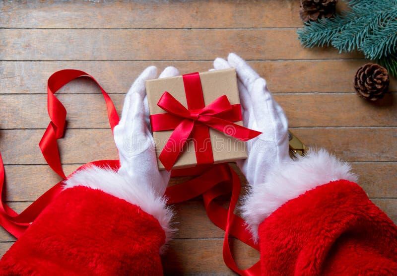 Santa Claus ha spostamento della scatola di Natale fotografie stock