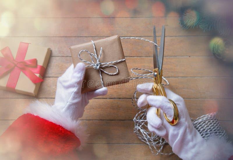 Santa Claus ha spostamento della scatola di Natale fotografia stock