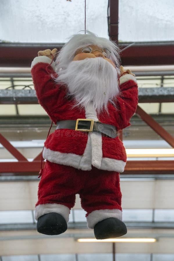 Santa Claus Hanging On The Roof em Amsterdão os Países Baixos 2018 fotografia de stock