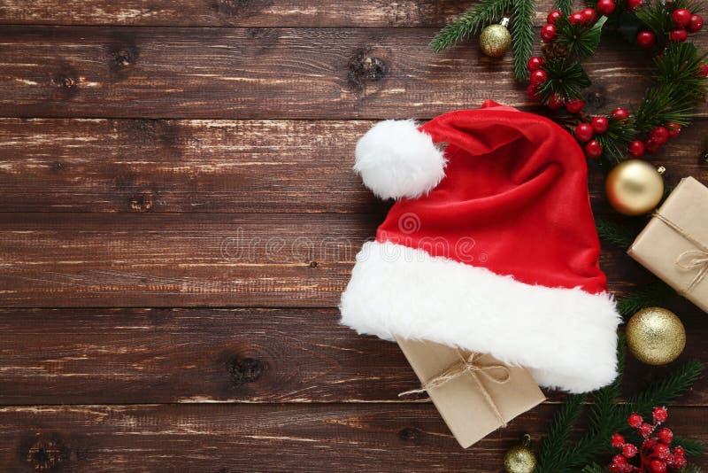 Santa Claus hatt med gåvaaskar royaltyfri bild