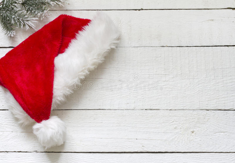 Santa Claus hatt på vita träbräden royaltyfri bild