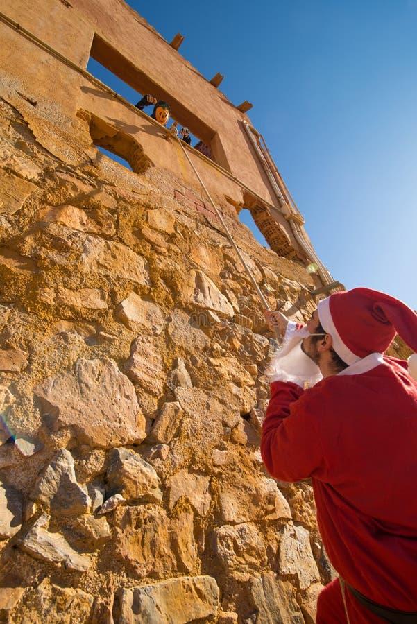Santa Claus-het beklimmen royalty-vrije stock fotografie