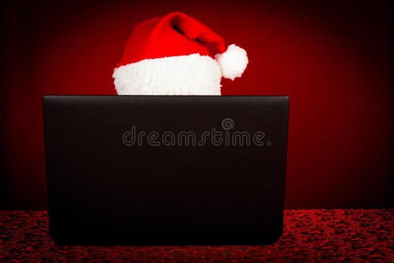 Santa Claus hinter Laptop stockfotos