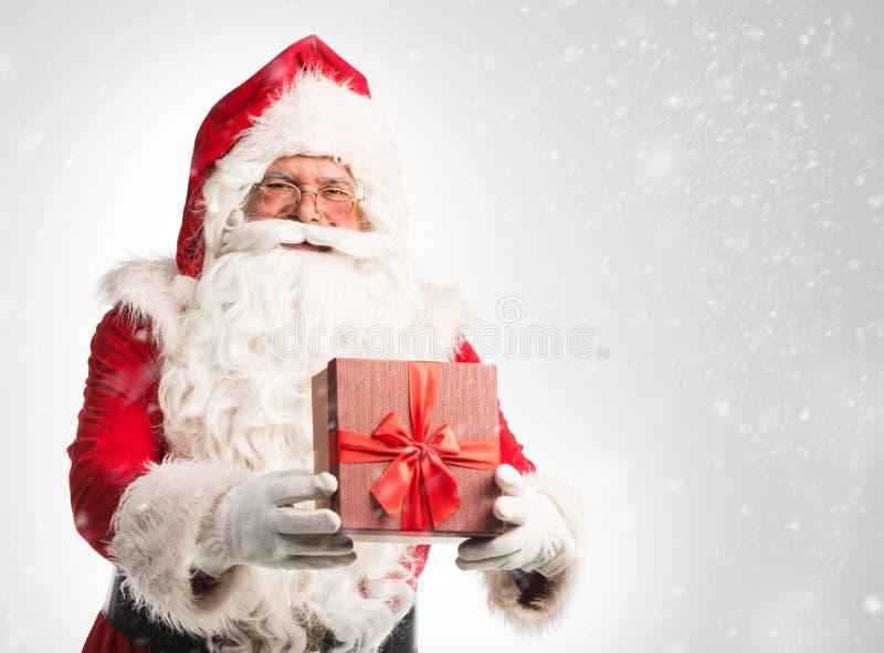Santa Claus Holding um presente imagens de stock