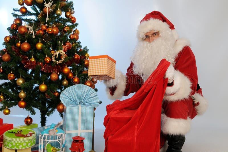 Santa Claus holen den Sack mit Geschenken für Weihnachten stockfotografie