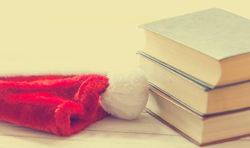 Santa Claus-Hut und -bücher stockfoto