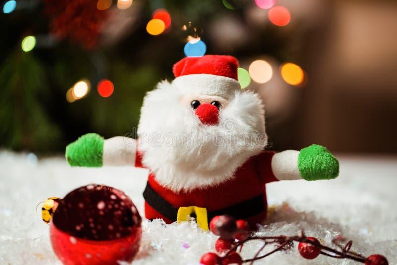 Santa Claus i boże narodzenie ornamenty na śniegu zdjęcie stock