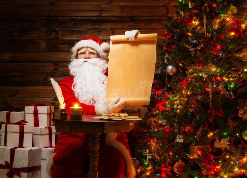 Santa Claus im hölzernen Hauptinnenraum lizenzfreie stockfotografie