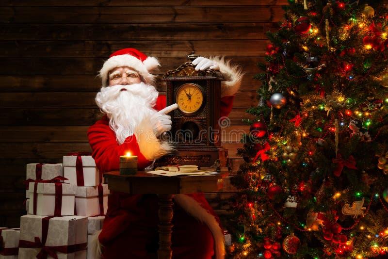 Santa Claus im hölzernen Hauptinnenraum lizenzfreie stockfotos
