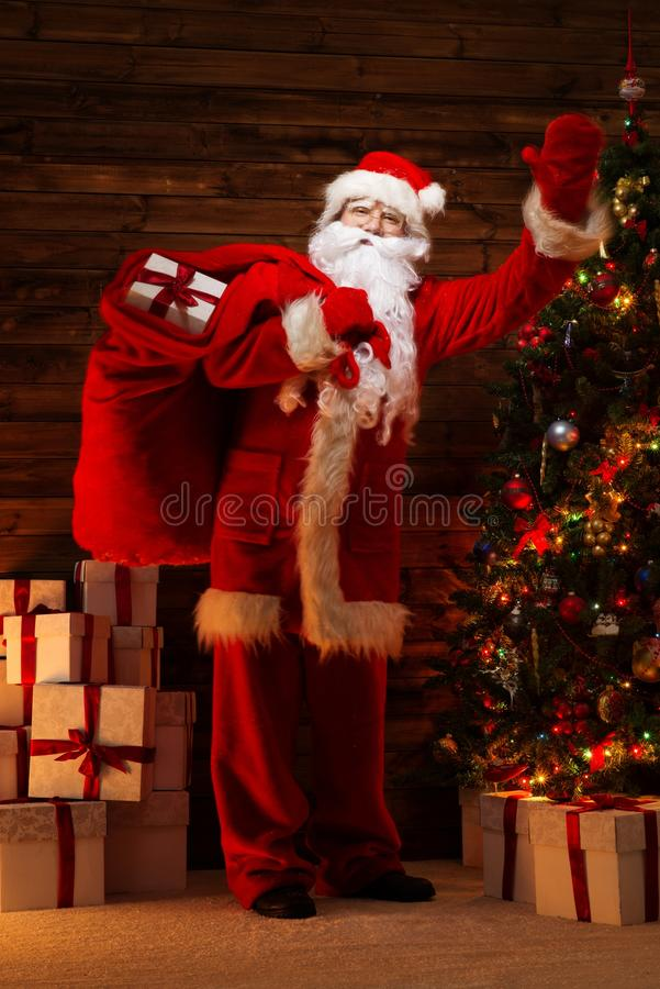 Santa Claus im hölzernen Hauptinnenraum stockbild