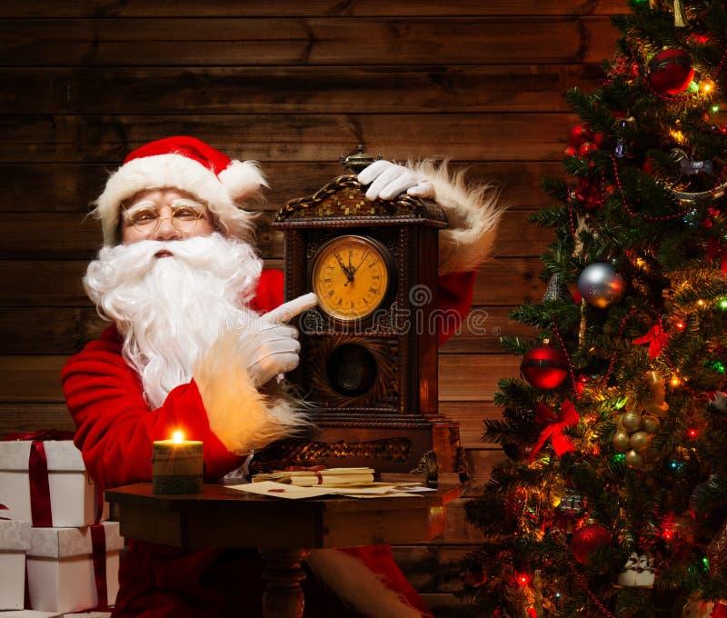 Santa Claus im Hauptinnenraum lizenzfreie stockfotos