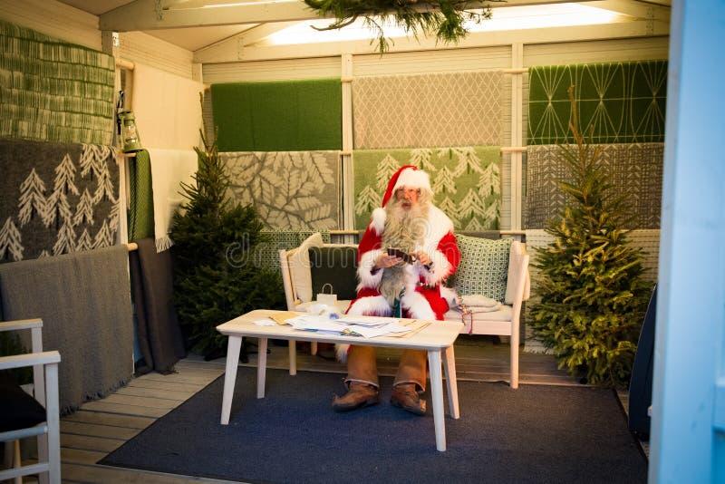 Santa Claus Joulupukki finlandesa no mercado do Natal fotografia de stock royalty free