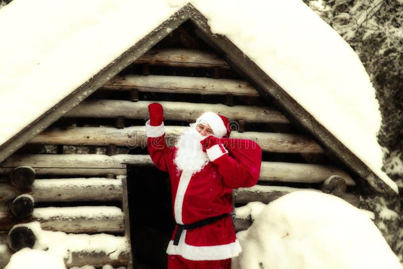 Santa Claus joyeuse dans sa maison image libre de droits