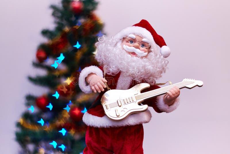 Santa Claus leksak som spelar gitarren royaltyfri foto