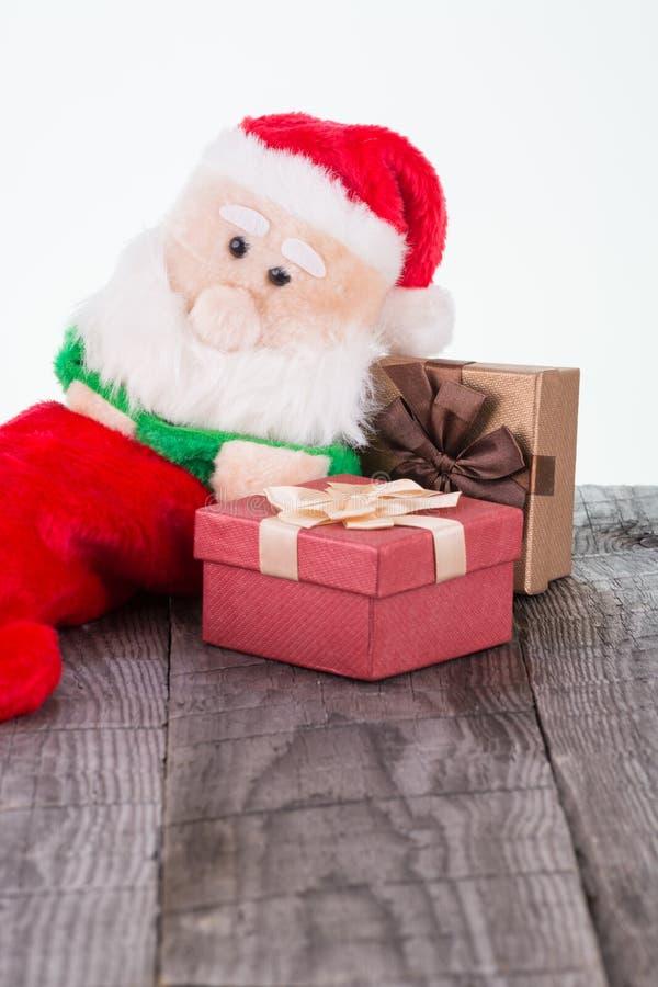 Santa Claus leksakbenägenhet mot gåvaaskarna arkivbild