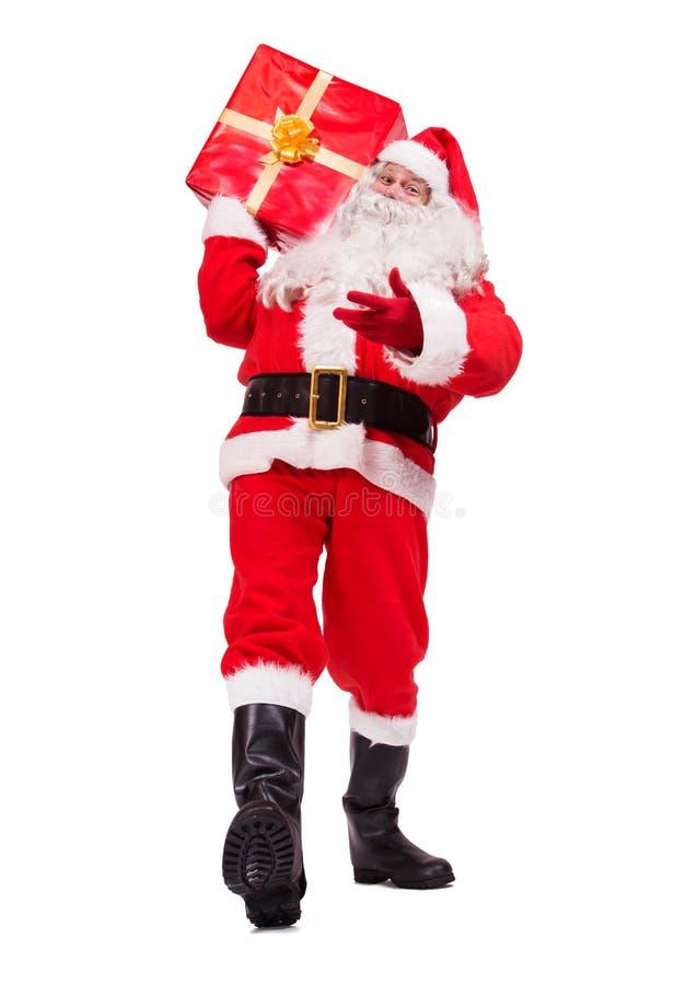 Santa Claus lleva la caja de la Navidad imagen de archivo libre de regalías