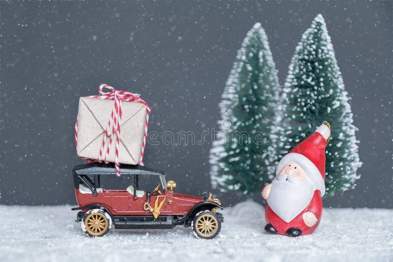 Santa Claus lleva los regalos en el coche fotos de archivo libres de regalías