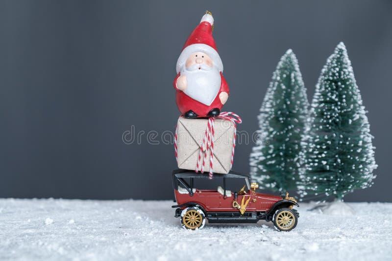 Santa Claus lleva los regalos en el coche imagenes de archivo