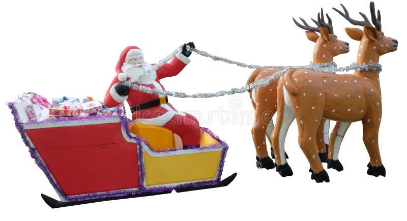 Santa Claus lleva los regalos en un trineo aprovechado por los ciervos, escultura decorativa, fondo aislado, blanco imagen de archivo