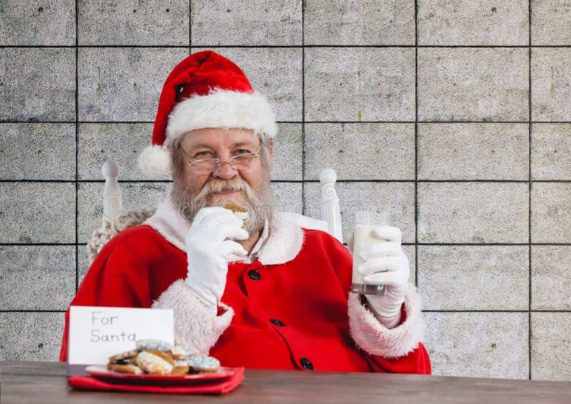 Santa Claus ma jego posiłek fotografia stock