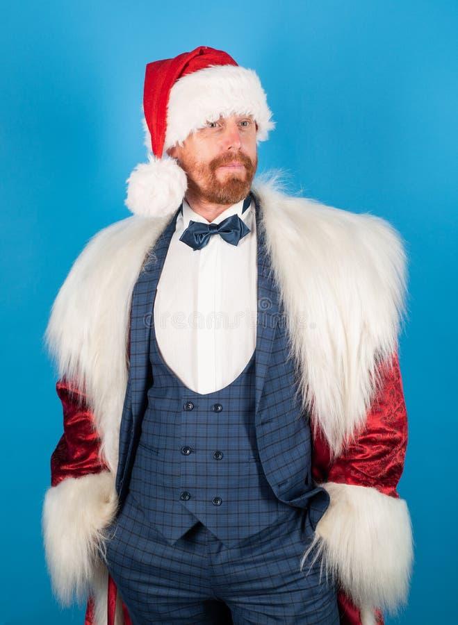 Santa Claus med jul passar julhelgdagsaftongåvor semestrar många prydnadar lyckligt nytt år Moderna Santa Jultomten på isolerad b royaltyfria foton