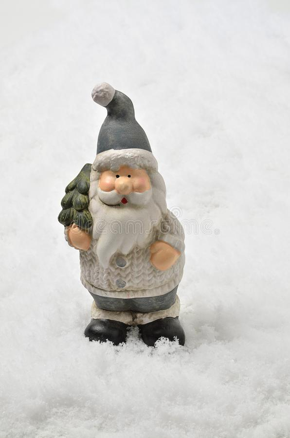 Santa Claus med julgranen på snöbakgrund, lodlinje arkivfoton