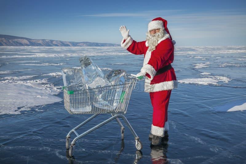 Santa Claus met een karretje van zuiver ijs bij het meer van de winterbaikal royalty-vrije stock foto