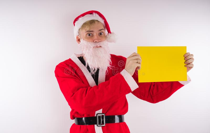 Santa Claus met een teken op een witte achtergrond Het concept kortingen en verkoop voor Kerstmis Lege ruimte voor tekst De idyll royalty-vrije stock afbeeldingen