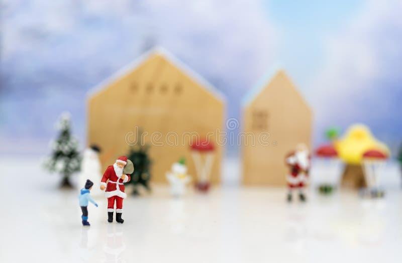 Santa Claus miniatura e sensibilità felice dei bambini sul giorno di Natale, regalo per ognuno immagine stock