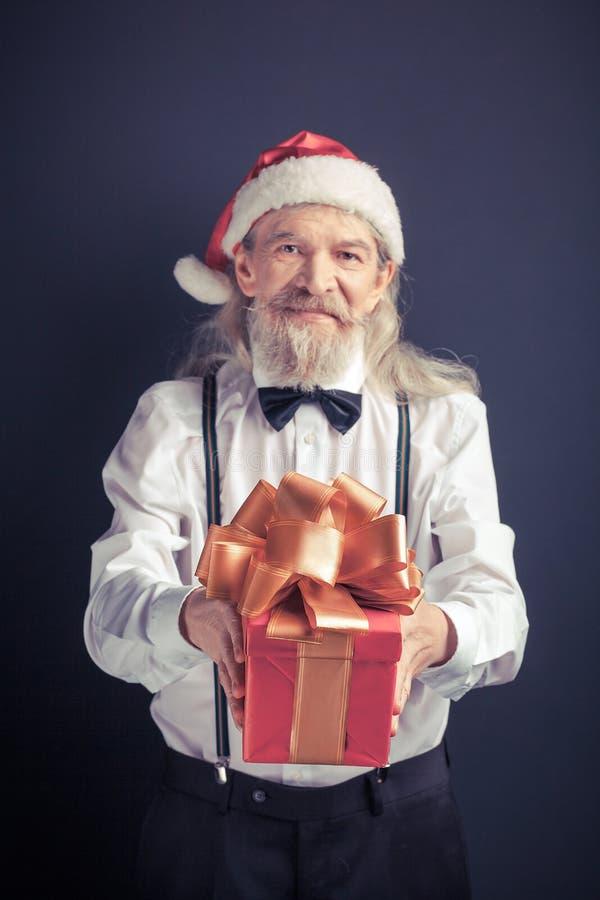 Santa Claus na camisa branca com a caixa de presente nas mãos imagens de stock royalty free