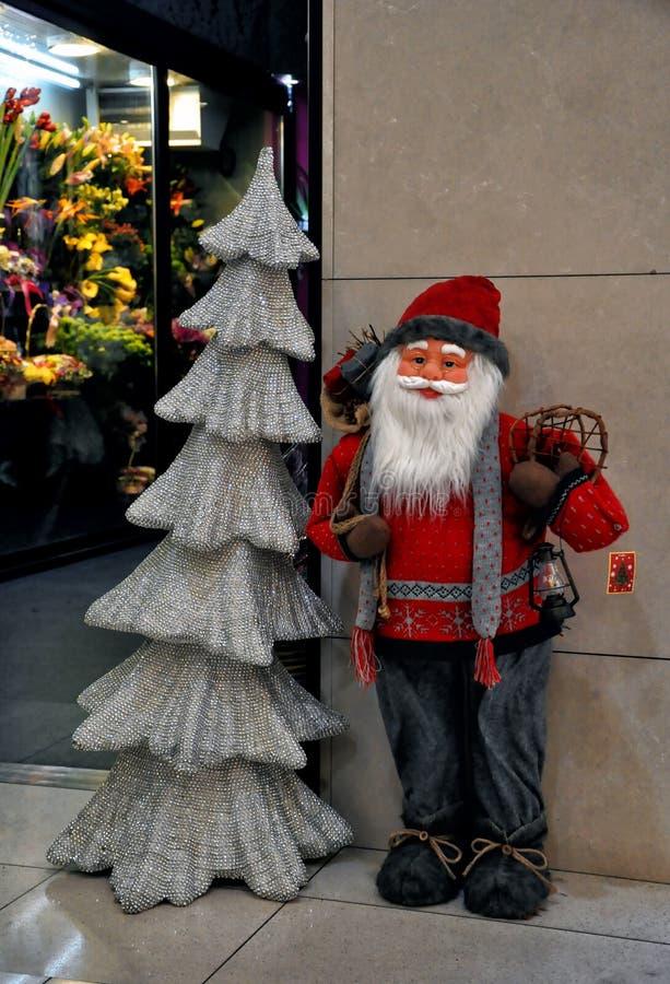 Santa Claus na frente da loja foto de stock royalty free