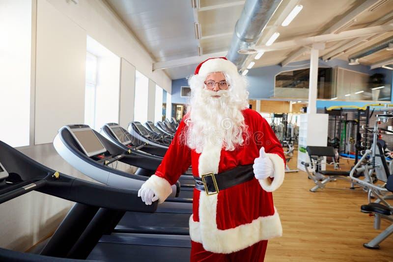 Santa Claus no gym que faz exercícios fotos de stock
