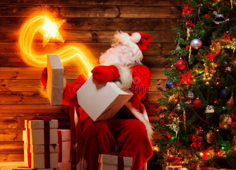 Santa Claus no interior home de madeira fotografia de stock royalty free