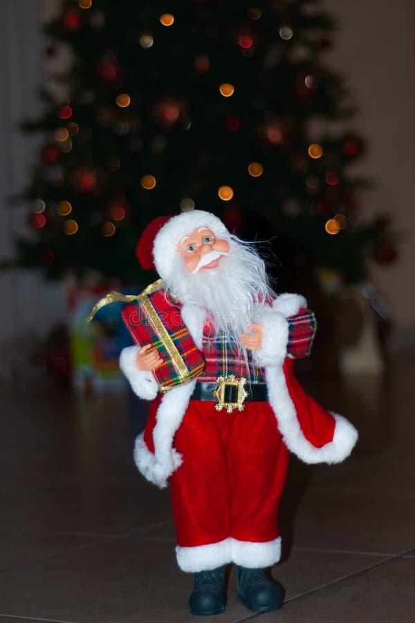 Santa Claus no tempo do Natal, com uma árvore de Natal atrás fotografia de stock royalty free