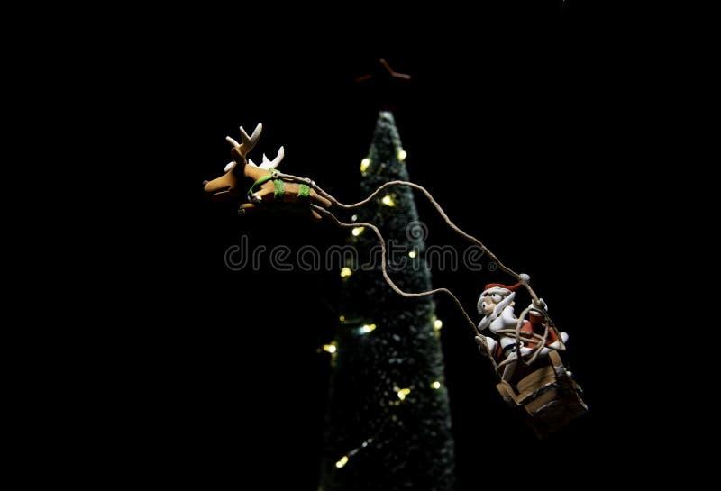 Santa Claus no trenó com voo da rena em torno da árvore de Natal foto de stock royalty free