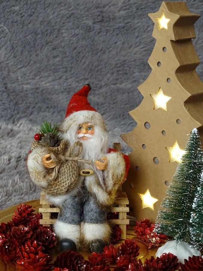 Santa Claus obsiadanie na banku otaczającym drzewami i pineappels obrazy royalty free