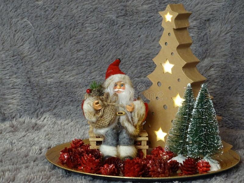 Santa Claus obsiadanie na banku otaczającym drzewami i pineappels zdjęcie royalty free
