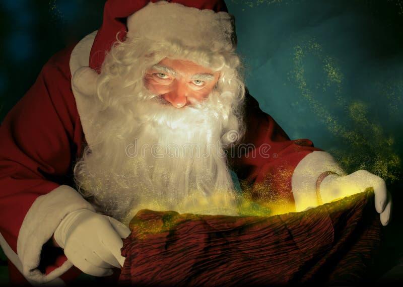 Santa Claus och den magiska säcken royaltyfri fotografi