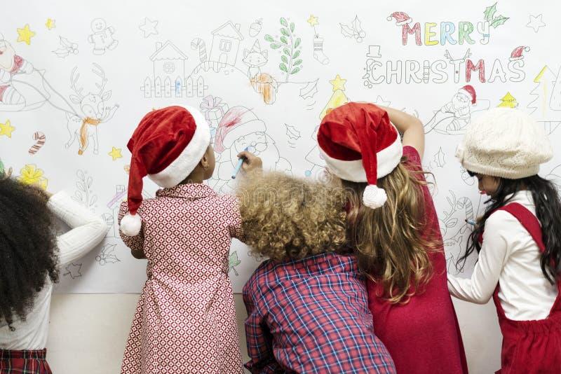 Santa Claus och små ungar arkivfoton