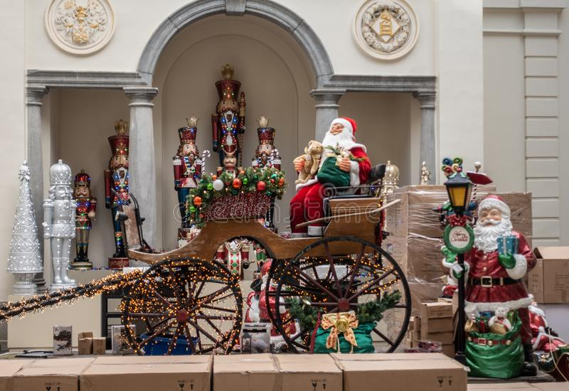 Santa Claus och vagnsskärm i jul lager, Antwerp Bel arkivbilder