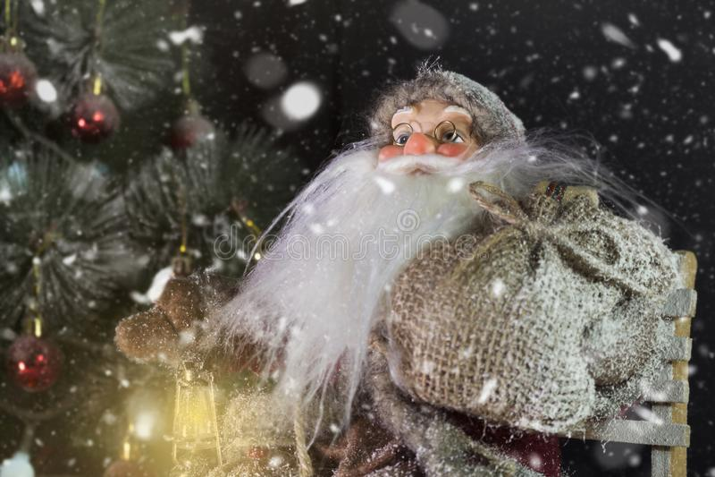Santa Claus Outdoors Beside Christmas Tree nel trasporto delle precipitazioni nevose fotografia stock