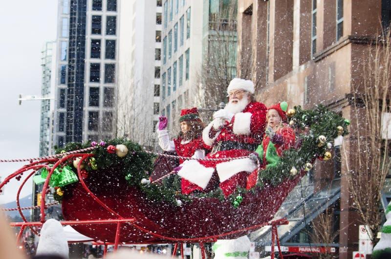 Santa Claus på jul ståtar i city royaltyfri bild