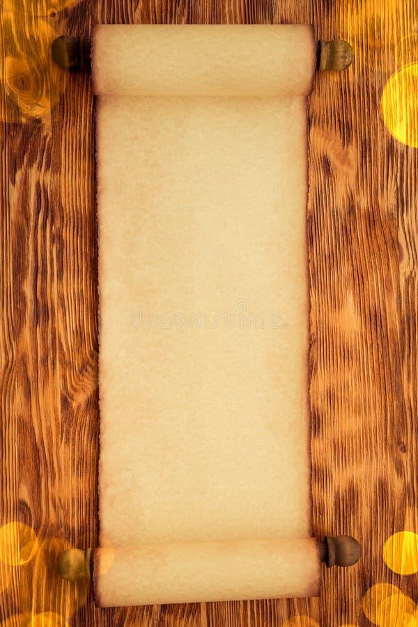 Santa Claus-Papierrolle auf Holz stockbild