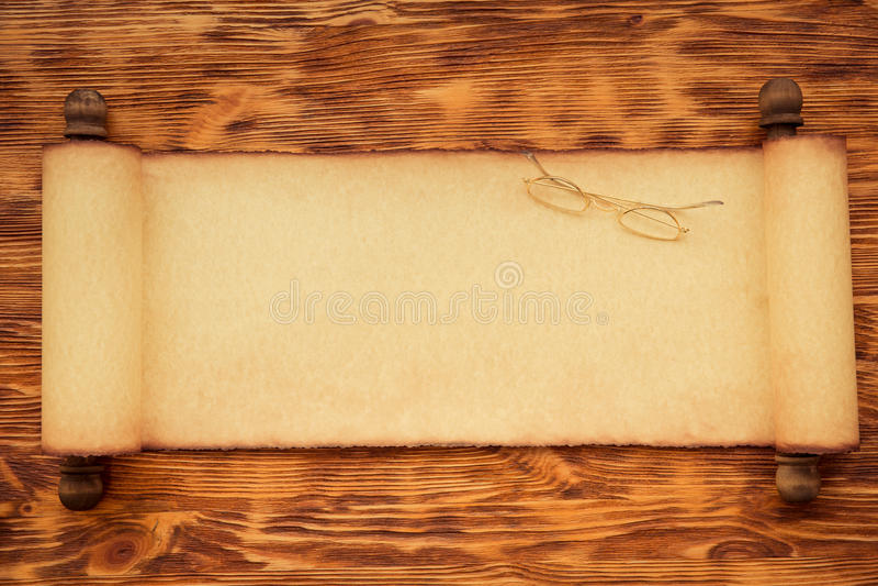 Santa Claus-Papierrolle auf Holz lizenzfreie stockfotografie